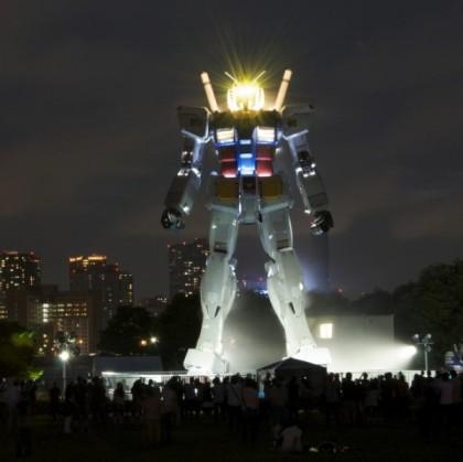 gundam-robot-nighttime-600x599